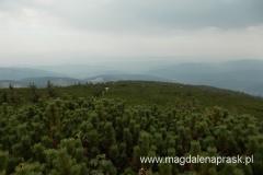 widoki ze szczytu Pilska - zbierają się ciemne chmury