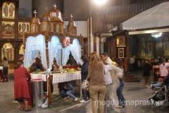 wierni tradycyjnie przechodzą pod stołem, na którym składane są ofiary