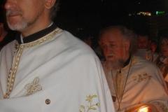kapłani prowadzą uroczystą procesję dookoła cerkwi