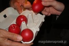"""tradycyjne """"stukanie się"""" czerwonymi jajkami"""