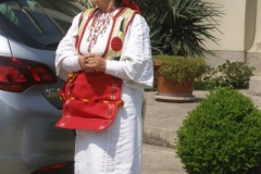 na mszę wierni przychodzą ubrani odświętnie - tu tradycyjnie ubrana kobieta