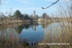 wieżę widokową postawiono na terenie dawnego wyrobiska w sąsiedztwie dwóch malowniczych zbiorników wodnych