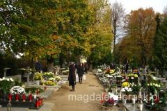 na cmentarzach ruch - wszyscy odwiedzają swoich zmarłych bliskich