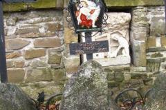 Cmentarz otacza kamienny mur.