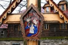 wszystkie nagrobki są niepowtarzalnymi dziełami sztuki, wykonanymi w drewnie, metalu lub kamieniu kapliczkami, góralskimi krzyżami, rzeźbionymi w motywy podhalańskie, malowanymi na szkle