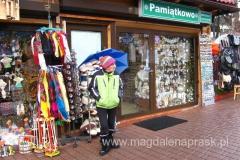 Krupówki to jeden wielki bazar, targ z gadżetami dla turystów