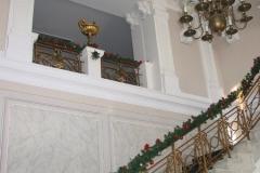 we wnętrzach zachowała się dawna stolarka, posadzki i bardzo bogate sztukaterie