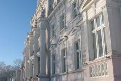 budynek zbudowany na rzucie prostokąta z dwoma przylegającymi pawilonami