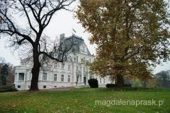 pałac w Zakrzewie w barwach jesieni