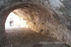 na zamek wchodzi się przez tajemniczy kamienny tunel