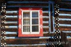 dużą ozdobą wsi są malowane okiennice tutejszych domów