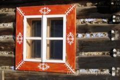 ramy okienne otoczone są białym jodełkowym wzorem
