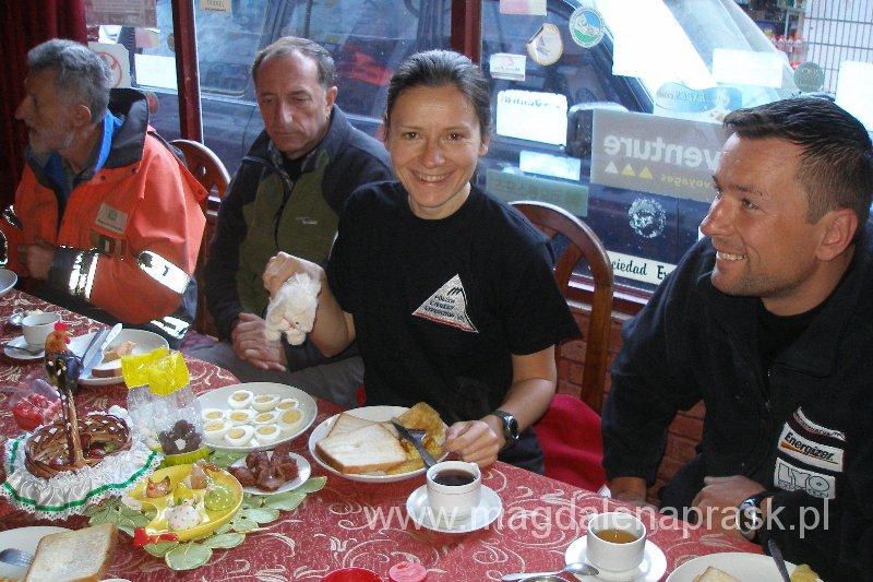 Wielkanocne śniadanie w Tybecie, w drodze do bazy pod Mount Everest, 2010r.