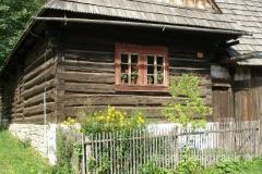 drewniane domy zbudowane z bali