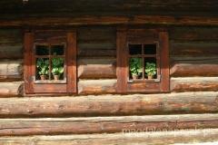 drewniany domek z drewnianymi okiennicami