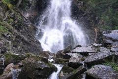 w okolicy jest piękny wodospad i liczne jeziorka